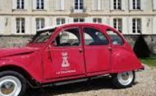 La visite en 2 CV du Château de la Dauphine sacrée International Best of Wine Tourism